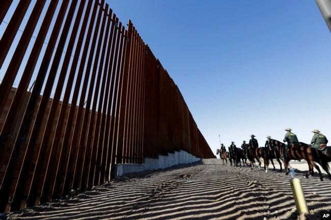 Agentes de la Patrulla Fronteriza viajan a lo largo de una estructura de muro fronterizo recién fortificada, el 26 de octubre de 2018, en Calexico, California.