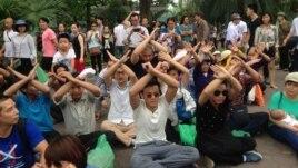 Người dân tọa kháng trước UBND TP Hà Nội.