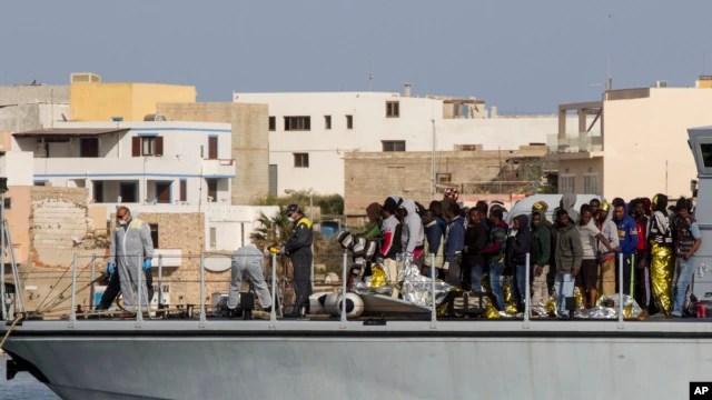 Di dân được lực lượng tuần duyên Italia cứu sống đến cảng Lampedusa, miền nam nước Ý, ngày 2/5/2015.
