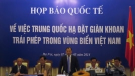 Giới chức Việt Nam mở họp báo quốc tế tại Hà Nội trưng hình ảnh video, tố cáo tàu Trung Quốc với sự yểm trợ của máy bay 'chủ động đâm thẳng vào các tàu Việt Nam'