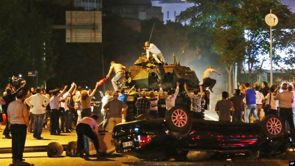 Quelques personnes barrent la route aux véhicules militaires blindés à Ankara, Turquie, 16 juillet 2016.