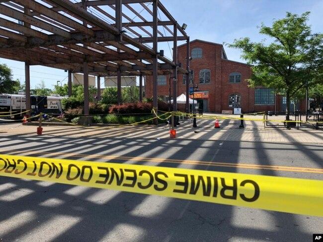 La zona en torno al edificio donde tuvo lugar un tiroteo el domingo, 17 de junio de 2018, en Trenton, Nueva Jersey, ha sido acordonado por la policía.