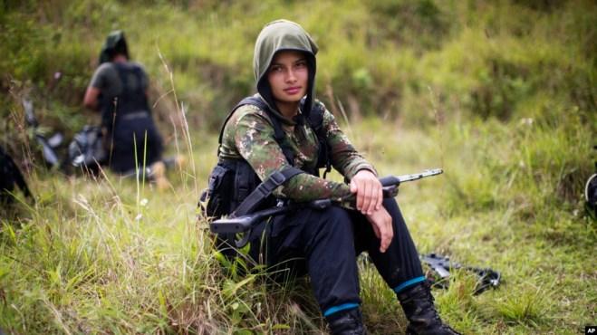 Juliana, una rebelde para el Frente 36 de las Fuerzas Armadas Revolucionarias de Colombia (FARC), descansa de una caminata en el noroeste de los Andes de Colombia, en el estado de Antioquia, el 6 de enero de 2016.