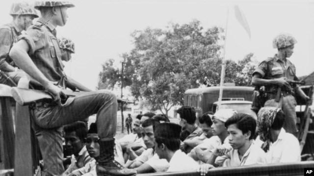 Các thành viên của cánh thanh niên của Đảng Cộng sản Indonesia được đưa đến trại giam trên một chiếc xe vận tải không mui (Ảnh lưu trữ 30/10/1965)