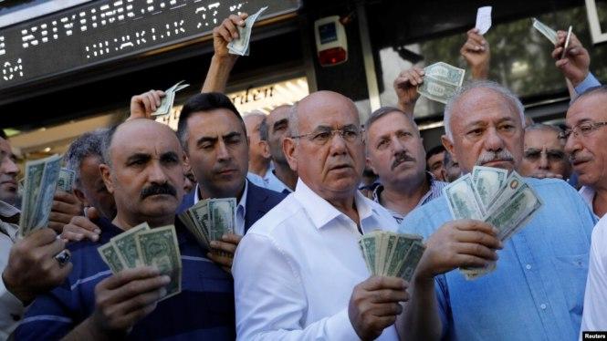 Hưởng ứng lời kêu gọi của TT Erdogan, các doanh nhân Thổ Nhĩ Kỳ tay cầm đô la kéo tới một phòng đổi ngoại tệ tại thủ đô Ankara, ngày 14/8/2018.