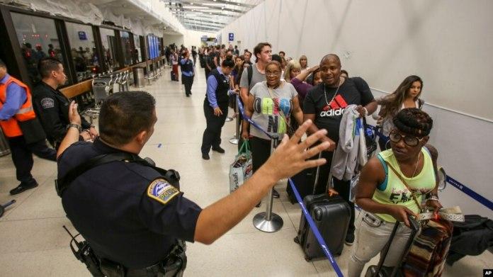 Aparatos electrónicos más grande que un teléfono celular enfrentarán mayores medidas de seguridad, dijeron funcionarios de la TSA, la agencia de seguridad en el transporte.