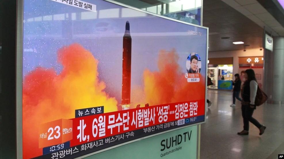 首爾一個地鐵站內的電視上播放的朝鮮試射照片(2017年10月16日)