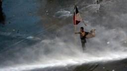 Los manifestantes se enfrentaron a chorros de agua y gases lacrimógenos el lunes 21 de octubre de 2019 en Santiago de Chile.