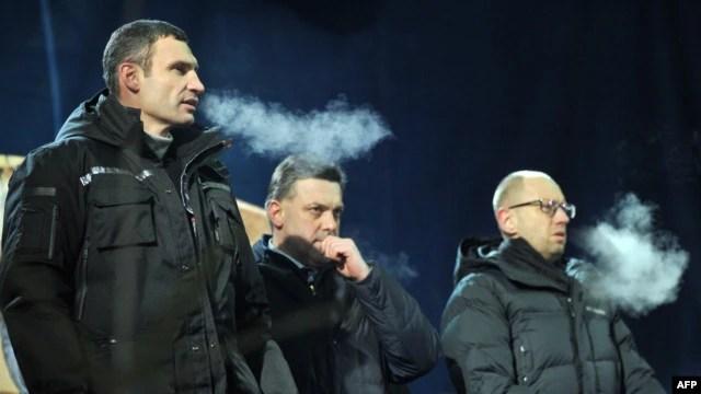 Vitali Klitschko, Head of UDAR (Punch) party, left, Oleh Tyagnybok, head of the Svoboda party, center, and Arseniy Yatsenyuk of the Batkivchchyna party attend meeting on Independence Square, Kyiv, Jan. 25, 2014.