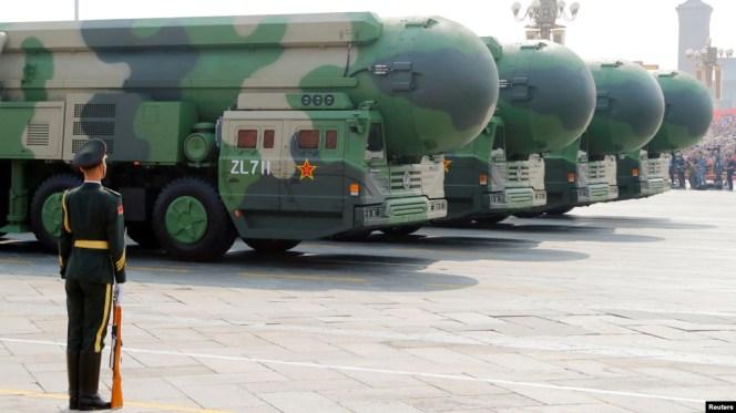 Tên lửa Đông Phong 41 được chở qua Quảng trường Thiên An Môn hôm 1/10.
