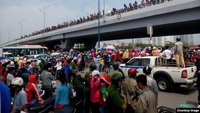 Hàng nghìn công nhân công ty Pou Yuen ở Sài Gòn đã tuần hành để phản đối chính sách bảo hiểm xã hội mới, tháng 3/2015. (Ảnh: Thanh Niên Công Giáo)