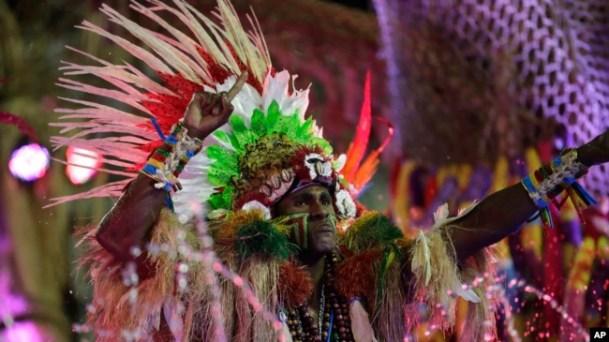 Una artista de la escuela de samba Grande Rio desfila durante las celebraciones de Carnaval en el Sambódromo de Río de Janeiro, Brasil, el lunes 24 de febrero de 2020. (Foto AP / Silvia Izquierdo)