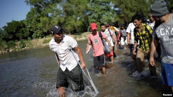 Migrantes centroamericano cruzan el río Suchiate el 21 de enero de 2020 desde Guatemala para tratar de entrar en territorio mexicano y seguir su camino hacia Estados Unidos.