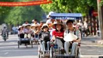 Khách du lịch Trung Quốc đi xích lô ở Hà Nội. Khách từ quốc gia láng giềng phương Bắc tới Việt Nam tăng gần 50% so với năm trước, chiếm gần 1/3 lượng khách quốc tế tới Việt Nam trong năm nay.