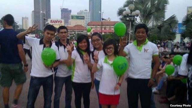 Giới trẻ tham dự buổi sinh hoạt mừng ngày Quốc Tế Nhân Quyền và cầm các bong bóng màu xanh với hàng chữ 'Quyền con người của Chúng Ta phải được tôn trọng' (Ảnh: Danlambao)