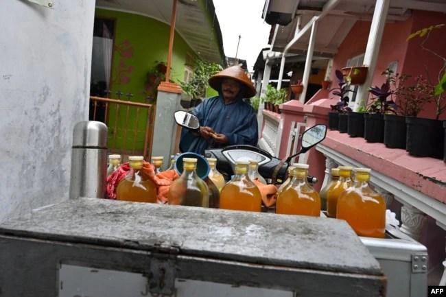 Seorang penjual jamu menjual berbagai jamu untuk menangkal virus Covid-19 di Jakarta, 5 Maret 2020.