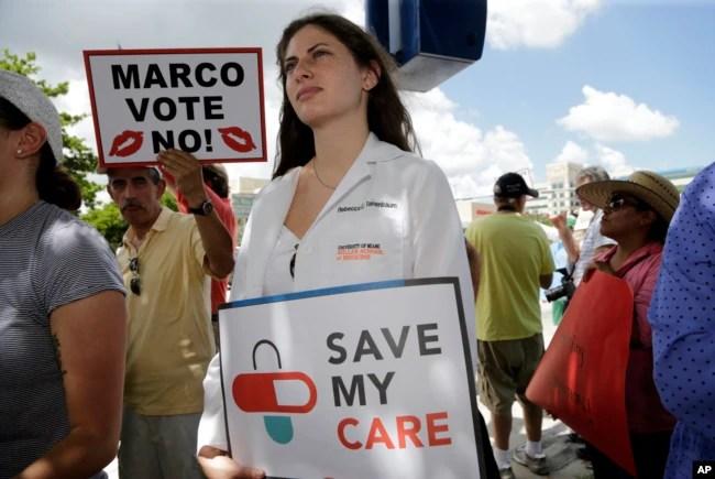 La estudiante de medicina, Rebecca Tanenbaum protesta en Miami contra la iniciativa de salud republicana frente a la oficina del Senador Marco Rubio, republicanopor Florida. Junio 28, 2017.