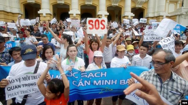 Người dân Hà Nội xuống đường biểu tình vụ cá chết, ngày 1/5/2016.