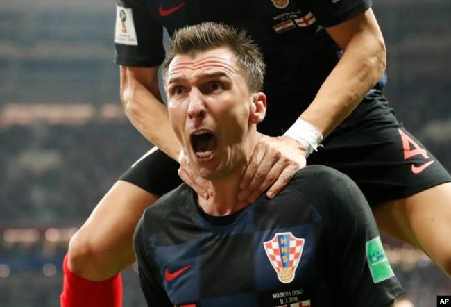 El croata Mario Mandzukic celebra después de anotar el segundo gol de su equipo durante el partido de semifinal entre Croacia e Inglaterra en la Copa Mundial de fútbol 2018 en el Estadio Luzhniki en Moscú, Rusia, miércoles 11 de julio de 2018.