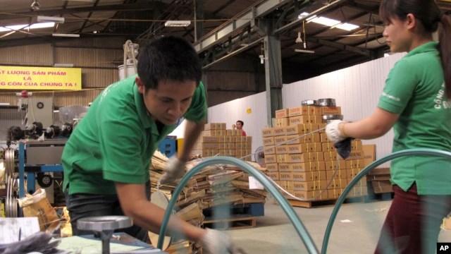 Công nhân Việt Nam trong một nhà máy sản xuất dây cáp điện tử tại Hà Nội. Hầu hết nguyên liệu được sử dụng trong nhà máy đến từ Trung Quốc.