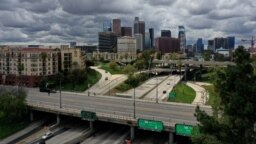 Vista general de la autopista 110 y el centro de Los Ángeles, el día después de que California emitió una orden de quedarse en casa debido a la enfermedad por coronavirus (COVID-19).