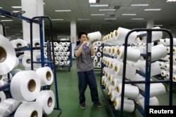 چین کی ایک ٹیکسٹائل مل کا اندرونی منظر، فائل فوٹو