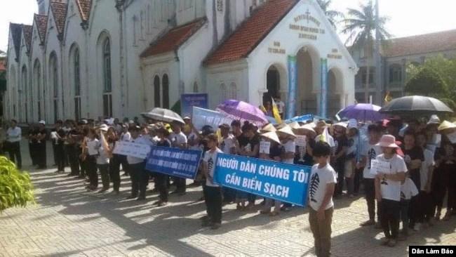 Hàng trăm giáo dân giáo xứ Phú Yên - Giáo hạt Thuận Nghĩa - Giáo phận Vinh tham gia tuần hành đòi minh bạch thông tin vụ cá chết