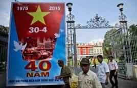 Biểu ngữ kỷ niệm 40 năm kết thúc chiến tranh Việt Nam trước Dinh Thống Nhất ở TP HCM, ngày 28/4/2015.