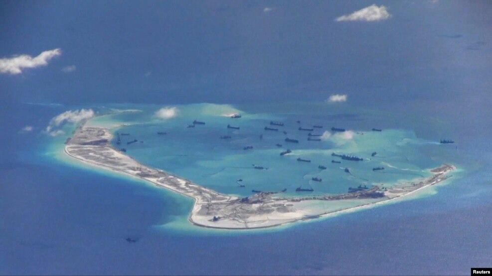 Tàu nạo vét của Trung Quốc trong vùng biển quanh đảo Đá Vành Khăn, thuộc quần đảo Trường Sa ở Biển Đông. Các chuyến bay trinh sát của Mỹ ngày 21/5/2015 gần những bãi cạn mà Trung Quốc đang cải tạo cho thấy mấy mươi chiếc tàu đang ráo riết tiến hành hoạt động lấp biển xây đảo.