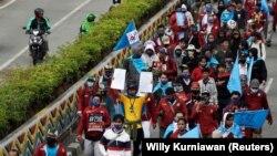 Para anggota serikat buruh berpawai menuju Istana Kepresidenan untuk demo memprotes pengesahan Undang-Undang Cipta Kerja, Jakarta, Kamis, 8 Oktober 2020. (Foto: Willy Kurniawan/Reuters)