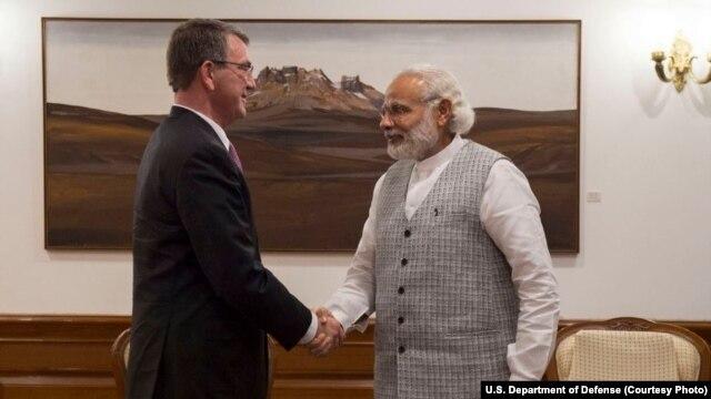 Secrétaire à la Défense des Etats-Unis Ash Carter rencontre avec l'Inde Premier ministre Narendra Modi pour discuter des progrès sur les États-Unis-Inde relation de défense, à New Delhi, en Inde, le 12 Avril, ici 2016.