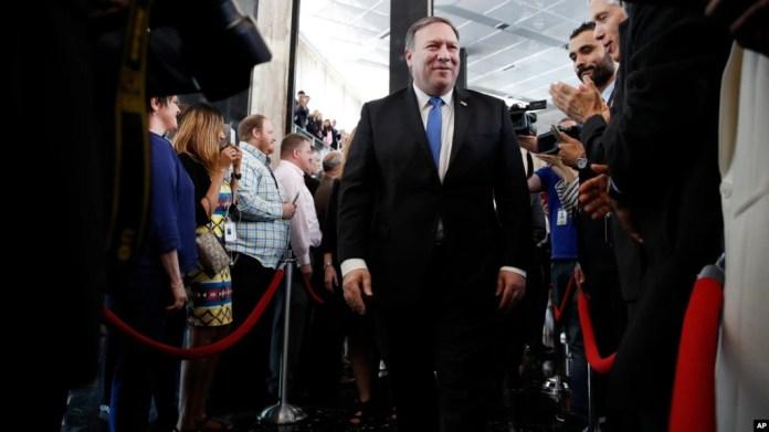 El nuevo secretario de Estado, Mike Pompeo, saluda a los empleados a su llegada al edificio del Departamento de Estado el 1 de mayo.