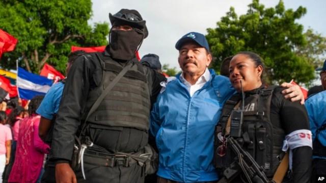 El presidente nicaragüense, Daniel Ortega, posa con agentes de policía en Masaya, el viernes 13 de abril de 2018.