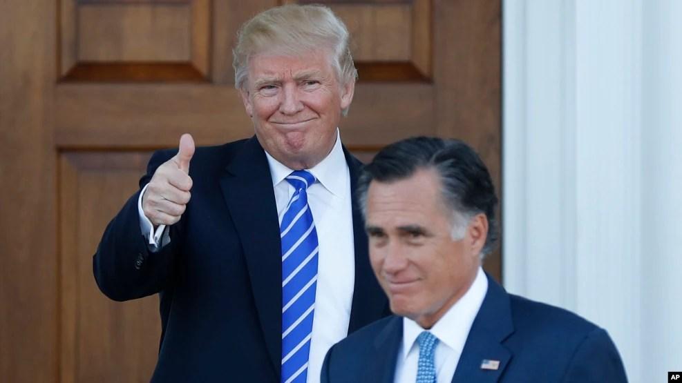 Tổng thống đắc cử Donald Trump giơ ngón tay cái trong khi Mitt Romney rời Câu lạc bộ Golf Quốc gia Trump Bedminster ở Bedminster, bang New Jersey, ngày 19 tháng 11, 2016.