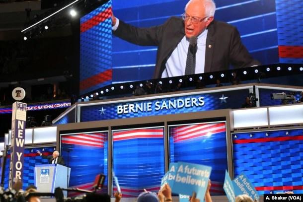 Cựu ứng cử viên tổng thống Đảng Dân chủ Bernie Sanders trên sân khấu trong ngày đầu tiên của Đại hội Toàn quốc Đảng Dân chủ ở Philadelphia, ngày 25 tháng 7 năm 2016.