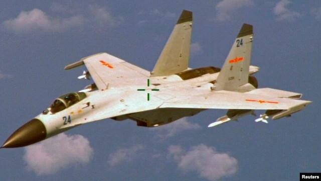 Chiến đấu cơ J-11 của Trung Quốc bay ngang bầu trời đảo Hải Nam.