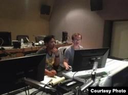 """Sutradara Ashram Shahrivar bersama penyunting suara film """"Sigek Cokelat"""" di studio (Dok: Ashram Shahrivar)"""