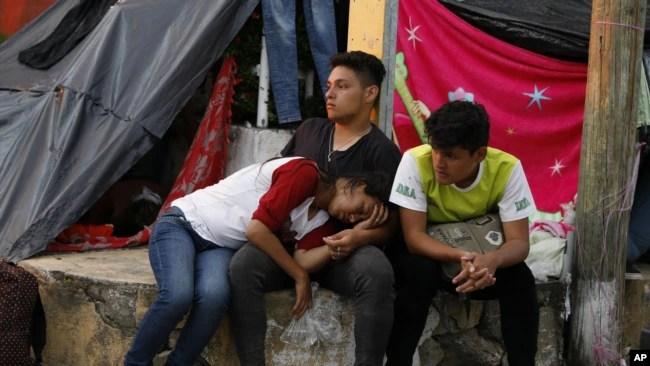Migrantes centroamericanos descansan mientras una caravana de miles de personas avanzan lentamente hacia la frontera de los EE. UU. para pasar la noche en Pijijiapan, estado de Chiapas, México, el jueves 25 de octubre de 2018.