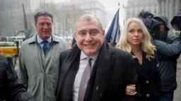Lev Parnas (en primer plano), su socio comercial Igor Fruman y otros dos están acusados de hacer llegar dinero de una potencia extranjera para interferir en las elecciones estadounidenses.