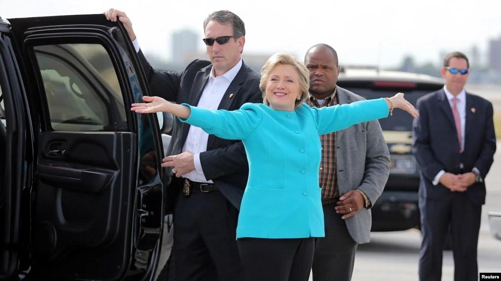 Ứng cử viên tổng thống Ðảng Dân chủ Hillary Clinton trước khi lên đường đi vận động tranh cử, tại sân bay quốc tế Miami, Florida, Mỹ, 26/10/2016.