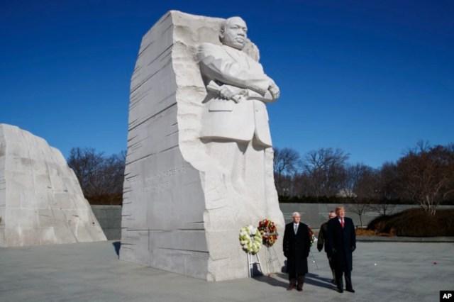 El presidente Donald Trump, (derecha) y el vicepresident Mike Pence, (izquierda) visitan el Monumento a Martin Luther King Jr. el lunes, 21 de enero de 2019.
