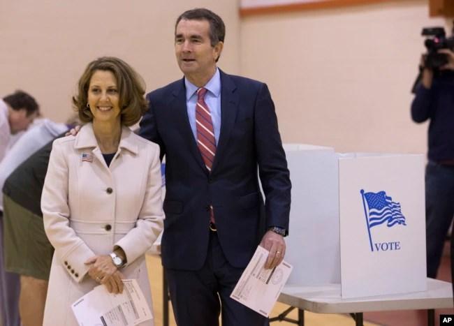 Ralph Northam, el candidato demócrata para gobernador de Virginia, acude a votar con su esposa Pam en Norfolk, Virginia.