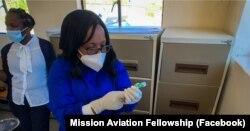 Seorang nakes dari Layanan Dokter Terbang Lesotho, mempersiapkan vaksin COVID-19 bagi para pekerja kesehatan di kawasan Lebakeng, yang dikirimkan bersama Mission Aviation Fellowship. (Photo: Facebook/@maf.org)