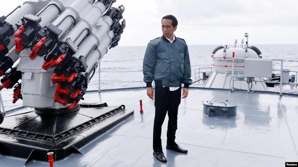 Tổng thống Indonesia Joko Widodo trên tàu Hải quân Indonesia KRI Imam Bonjol trong chuyến thăm tới các vùng biển ngoài khơi quần đảo Natuna, ngày 23/6/2016.