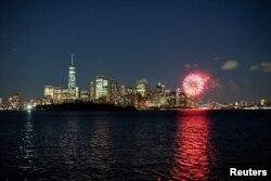 Kembang api terlihat di Pelabuhan Kota New York, saat Negara Bagian New York merayakan pencapaian ambang batas vaksinasi 70 persen untuk COVID-19, seperti yang terlihat dari Jersey City, New Jersey, AS, 15 Juni 2021. (Foto: Reuters)