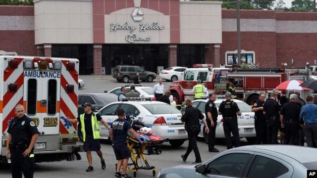 Nhân viên cấp cứu tập trung bên ngoài rạp phim Carmike Hickory 8 sau vụ nổ súng ở Antioch, gần Nashville, Tennessee, 5/8/2015.