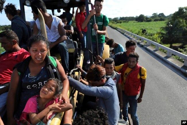 Doris Vanesa Perdomo y su hija Nicol, a la izquierda, hablan mientras viajan con otros inmigrantes centroamericanos en un camión en Loma Bonita, estado de Oaxaca, México, sábado 3 de noviembre de 2018. (Foto AP / Rodrigo Abd)
