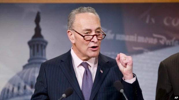 El líder demócrata del Senado, Charles Schumer, aconsejó al presidente Donald Trump que no hablara de perdones presidenciales.