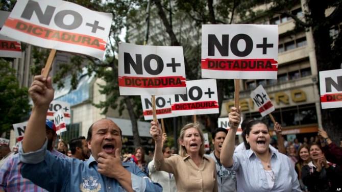 """Người biểu tình chống Tổng thống Nicolas Maduro mang biểu ngữ """"Chấm dứt độc tài"""" ở Caracas, Venezuela, hôm 30/1/2019."""