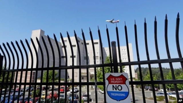 El centro de detención federal donde Blanca Orantes-López se encuentra a 3,000 millas de distancia de su hijo, es visto detrás de una cerca cuando un avión vuela sobre sus cabezas, el 19 de junio de 2018, en Seattle, Washington. La mujer de El Salvador está en la prisión federal al sur de Seattle, habiendo reportado a las autoridades de inmigración después de cruzar ilegalmente la frontera de EE. UU.-México en Texas. Su hijo, Abel Alexander, está bajo la custodia del gobierno en una casa de niños en Kingston, Nueva York.